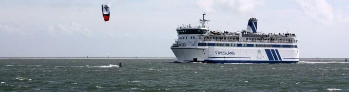 MS Friesland en kitesurfer
