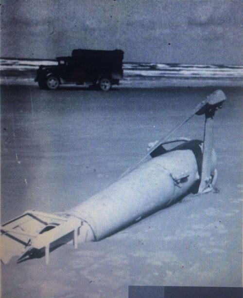 Een foto van een paravaan in oorlogstijd, op het strand